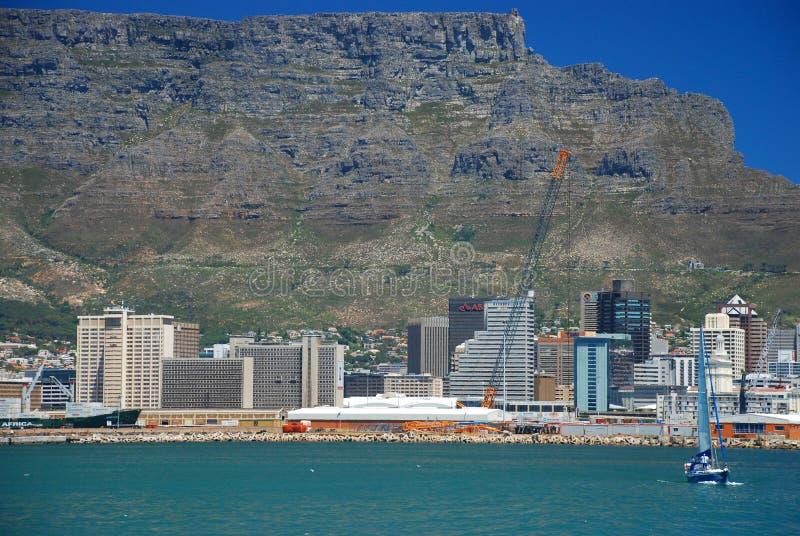 Montagne de Tableau et du centre La vue au-dessus de la montagne de ville et de Tableau du seaa dégrossissent Le Cap-Occidental,  photos libres de droits