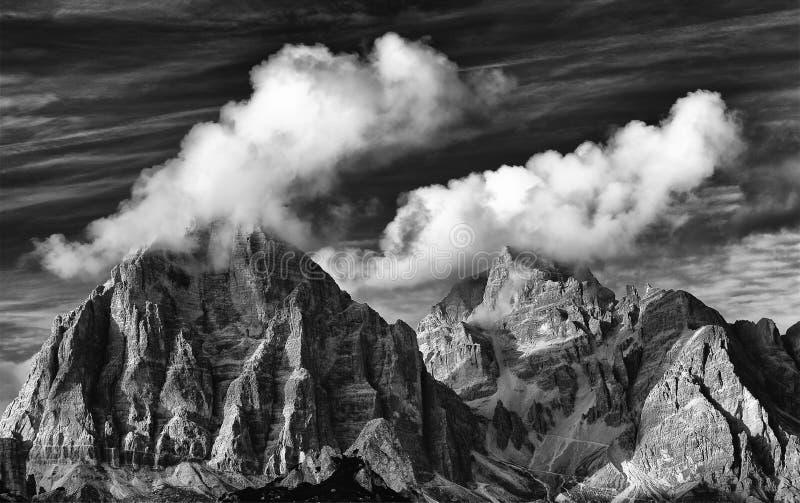 Montagne de Tofana di Rozes en automne vu de la route à Passo Giau photographie stock libre de droits