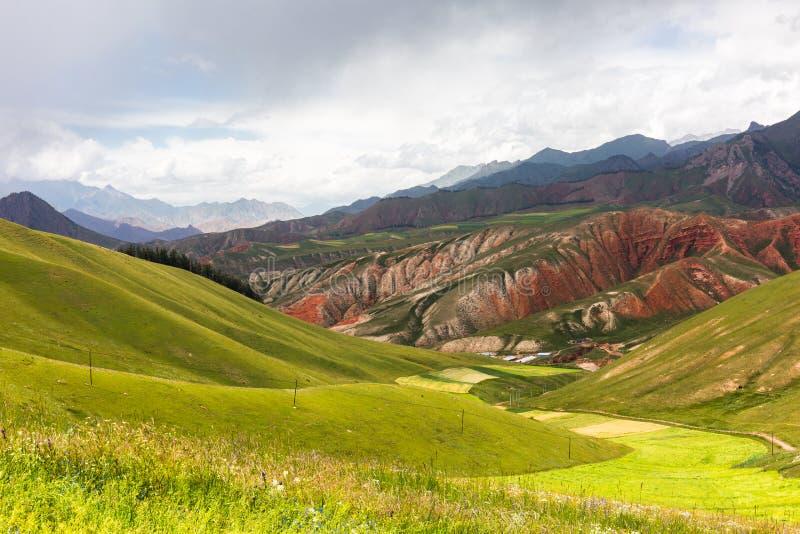 Montagne de Zhuoer avant la tempête, comté de Qilian, province de Qinghai image stock