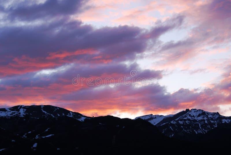 Montagne del cielo e della neve di alba fotografie stock libere da diritti