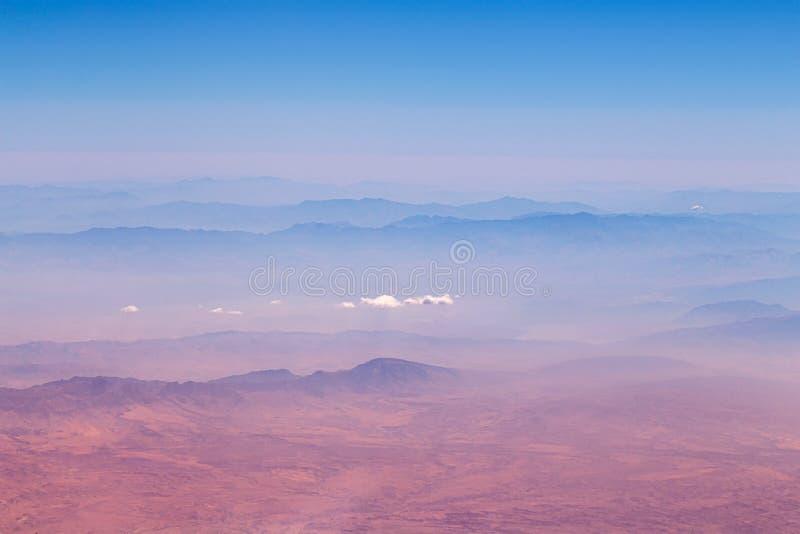 Montagne del deserto dell'Iran con le nuvole immagine stock libera da diritti