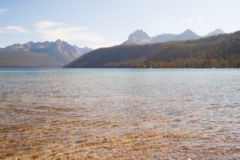 Montagne del lago e del dente di sega redfish nell'Idaho fotografie stock