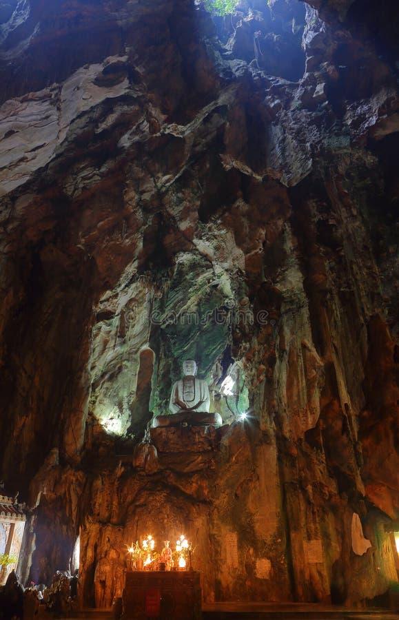 Montagne del marmo del Vietnam, Danang gennaio 2017: La statua di marmo di Buddha in una del frana le montagne di marmo fotografia stock