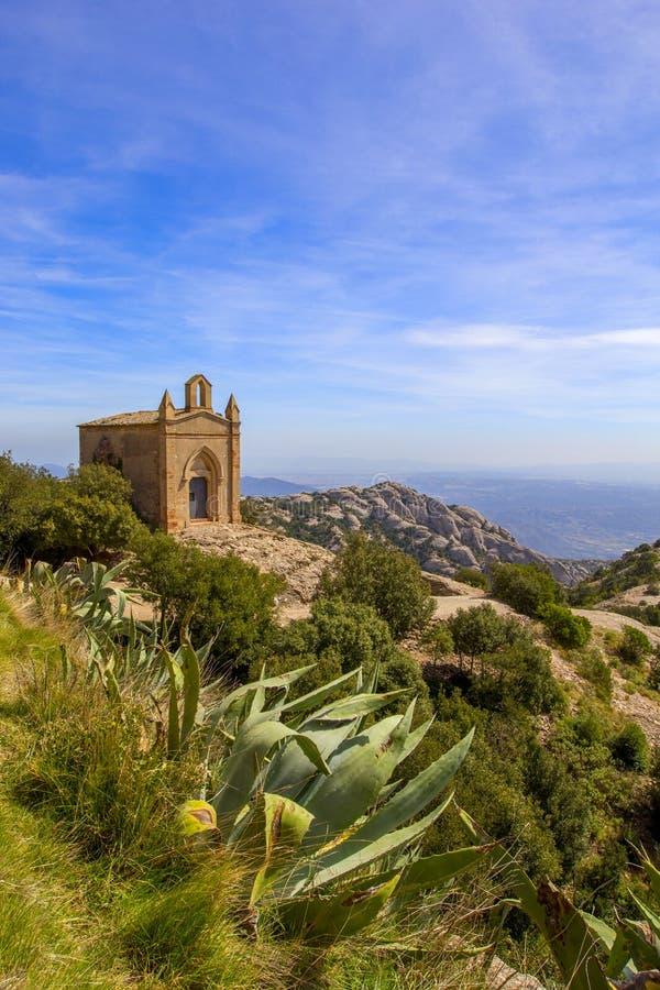 Montagne del Montserrat, Spagna Una piccola chiesa sopra una collina fotografia stock libera da diritti