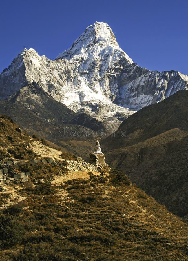 Montagne del Nepal Himalaya di trekking del bazar di Ama Dablam Mountain Peak Buddhist Stupa Namche fotografia stock libera da diritti