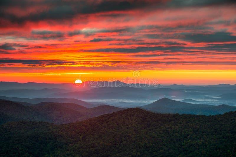 Montagne del nord di alba di Carolina Blue Ridge Parkway Autumn fotografie stock libere da diritti