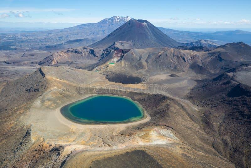 Montagne del parco nazionale di Tongariro e lago blu fotografia stock libera da diritti