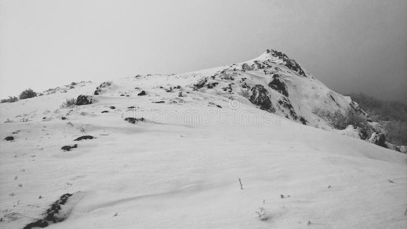 Montagne della Crimea di Snowy fotografie stock