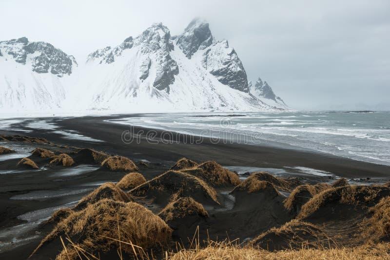 Montagne della penisola, di Vestrahorn di Stokksnes e dune di sabbia nere sopra l'oceano, Islanda fotografie stock libere da diritti