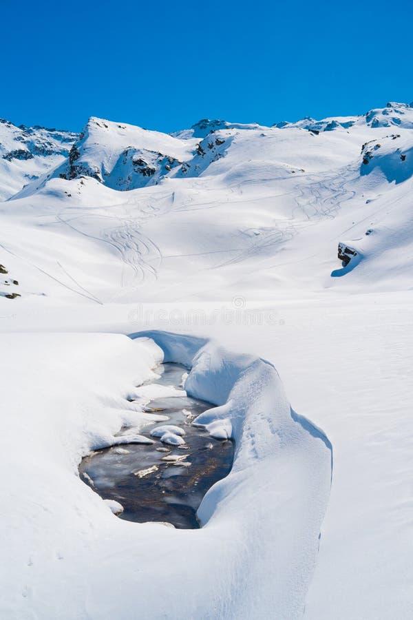 Montagne delle alpi nell'inverno fotografia stock