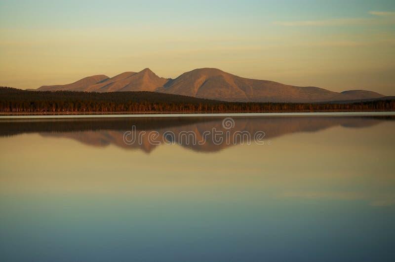Montagne dello specchio in lago fotografia stock libera da diritti
