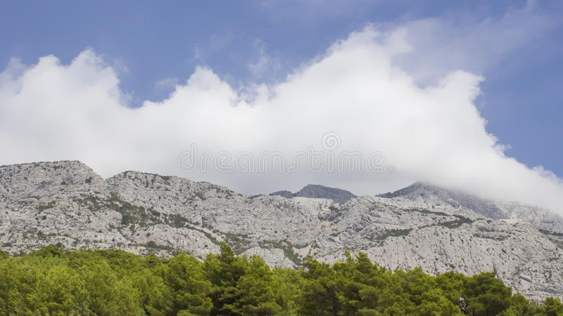 Montagne di Biokovo - vista da Brela fotografia stock libera da diritti