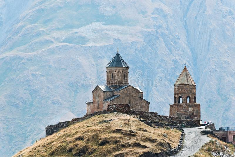 Montagne di Caucaso, chiesa di trinità antica di Gergeti fotografia stock libera da diritti