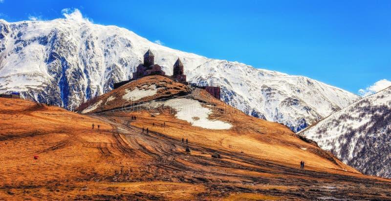 Montagne di Caucaso, chiesa di trinità antica di Gergeti Tsminda Sameb immagine stock