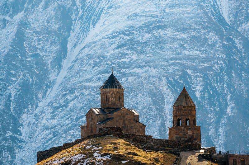 Montagne di Caucaso, chiesa di trinità di Gergeti, Georgia immagine stock
