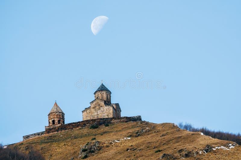 Montagne di Caucaso, chiesa di trinità di Gergeti, Georgia fotografia stock libera da diritti