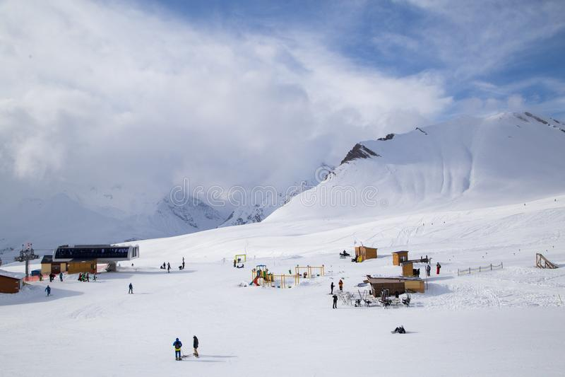 Montagne di Caucaso, Georgia, stazione sciistica Gudauri fotografia stock