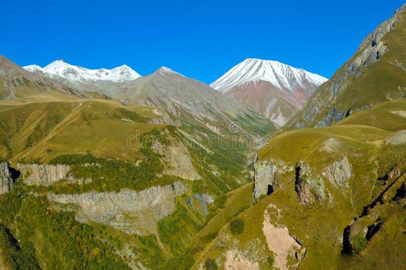 Montagne di Caucaso nella vista di estate da Gudauri, Georgia fotografia stock