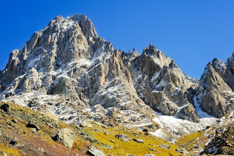 Montagne di Caucaso, villaggio Juta campo verde e picco nevoso Chaukhebi di estate georgia fotografia stock