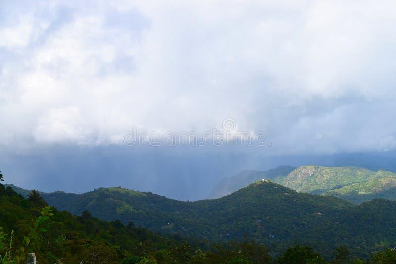 Montagne di Ghats occidentale e del cielo nuvoloso - Ottakathalamedu, Idukki, Kerala - sfondo naturale fotografie stock libere da diritti