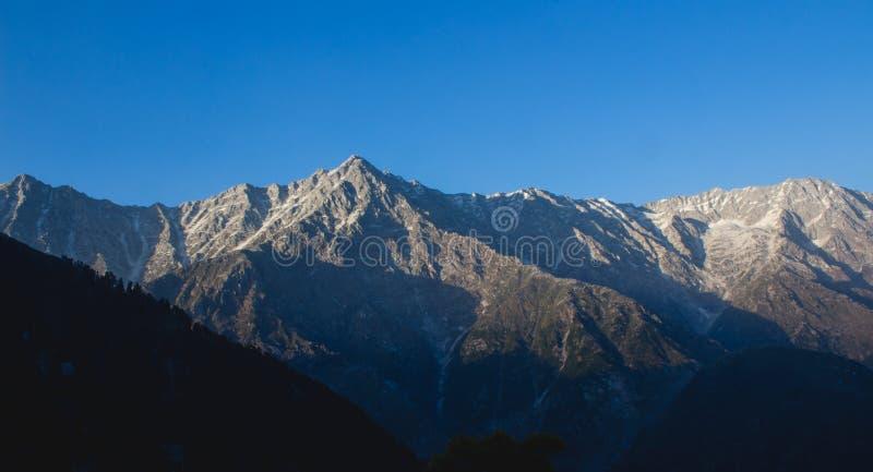 Montagne di ghiaccio di Dhauladhar fotografie stock