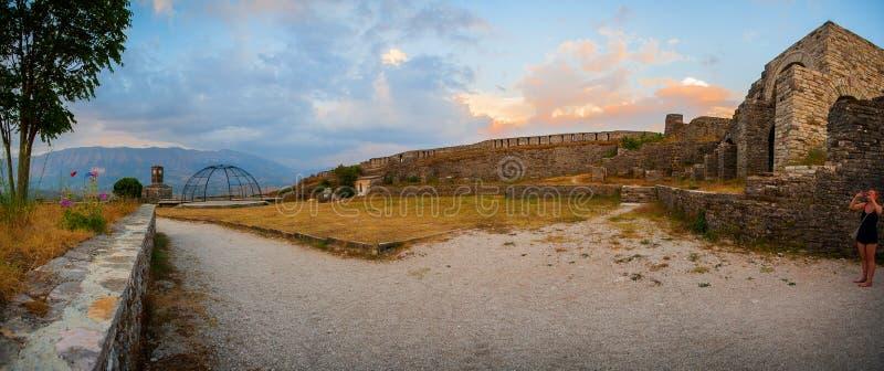 """Montagne di Gjirokastà """"città della r in Albania del sud, situata in una valle fra il Gjerà """"e il Drino fotografia stock libera da diritti"""