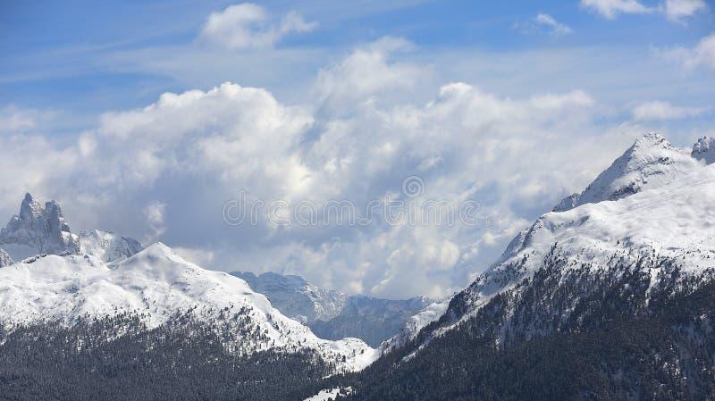Montagne di inverno, panorama - picchi innevati delle alpi italiane Dolomia, alpi, Italia, Trentino Alto Adige Supporto innevato immagini stock libere da diritti