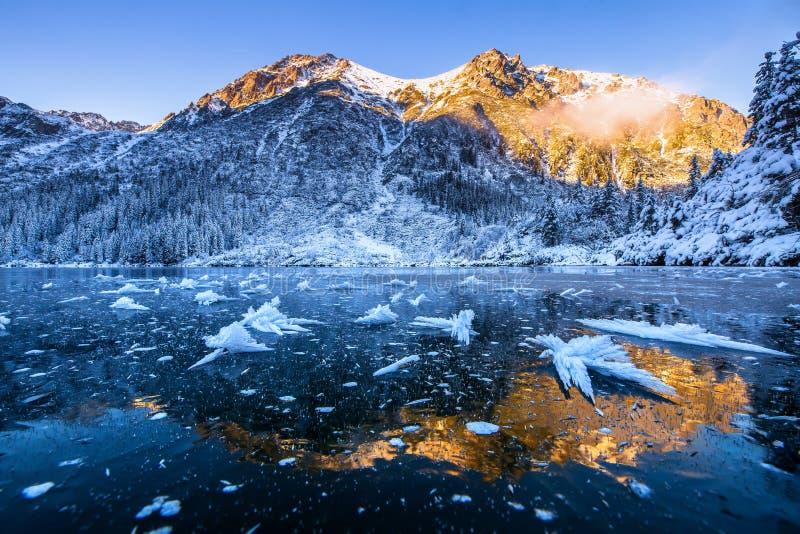 Montagne di inverno Scena di inverno Montagne di Snowy con sole che riflette in ghiaccio Bello paesaggio con forground blu ghiacc fotografia stock