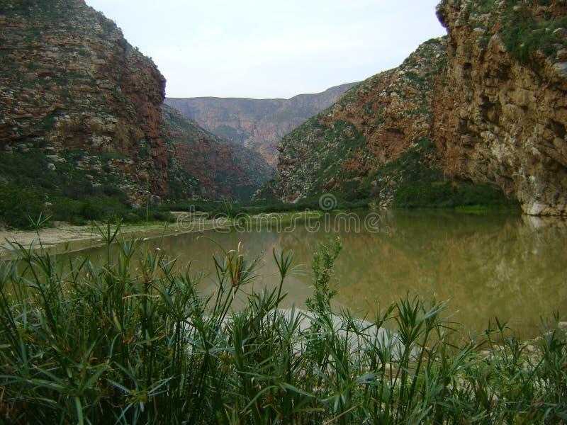 Montagne di karoo con il fiume fotografia stock libera da diritti