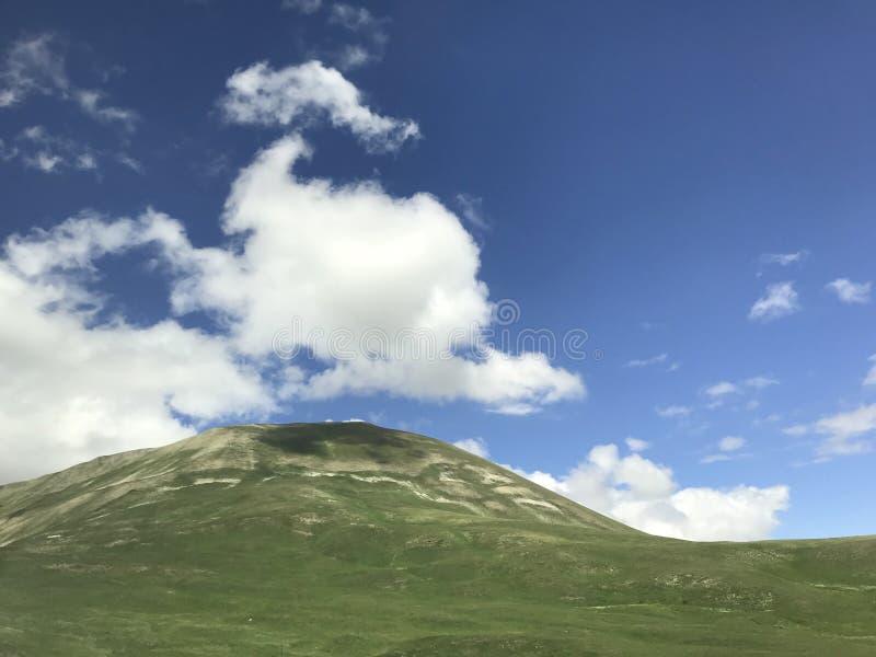 Montagne di Kop di Bayburt; La Turchia Cielo blu e nubi immagine stock
