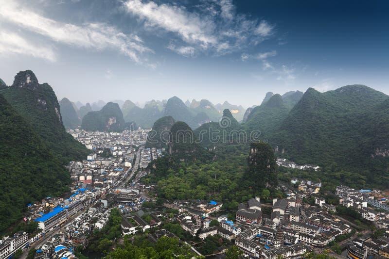 Montagne di morfologia carsica intorno alla contea di yangshuo immagini stock libere da diritti