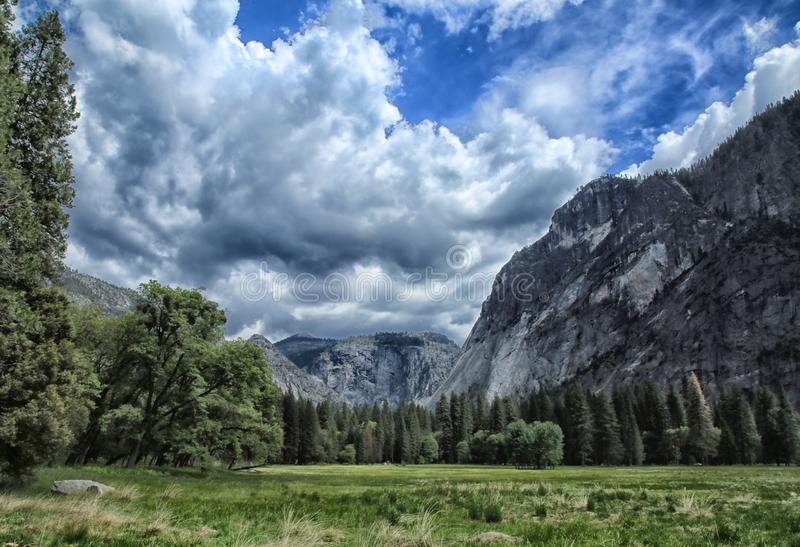 Montagne di parco nazionale di Yosemite fotografia stock libera da diritti