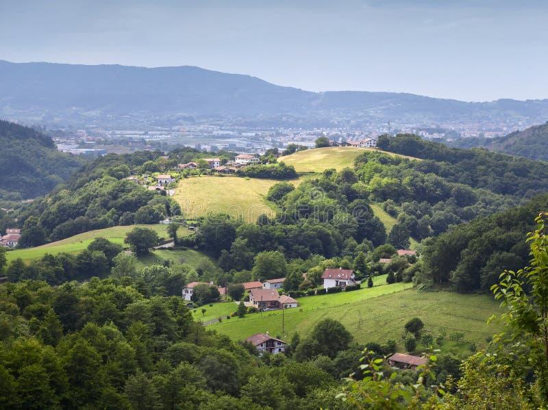 Montagne di Pyrennees alla frontiera fra la Spagna e la Francia in Pays Basque immagine stock libera da diritti