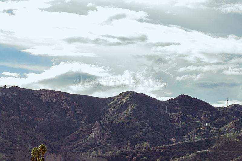 Montagne di San Gabriel con la grande nuvola densa bianca in cielo blu immagine stock