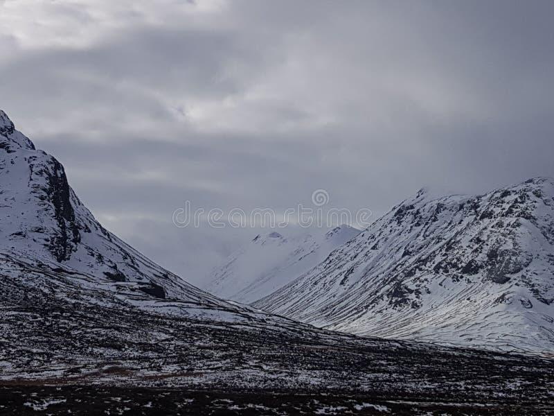 Montagne di Snowy della Scozia immagini stock libere da diritti