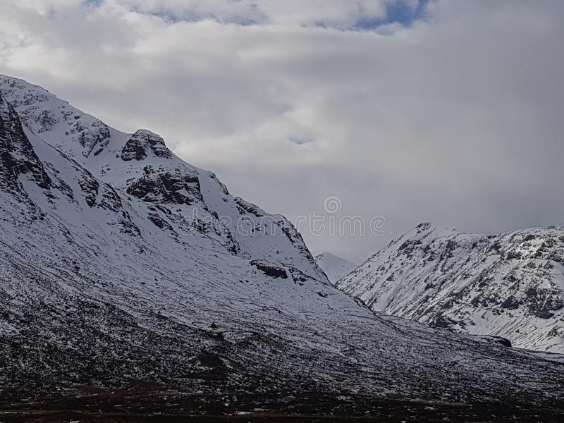 Montagne di Snowy della Scozia fotografia stock libera da diritti