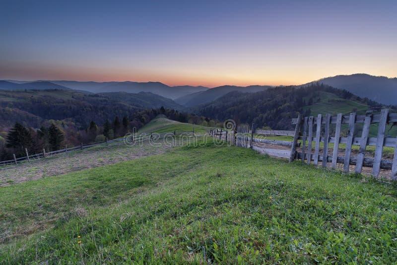 Montagne di tramonto sul passaggio di Synevyr fotografia stock libera da diritti