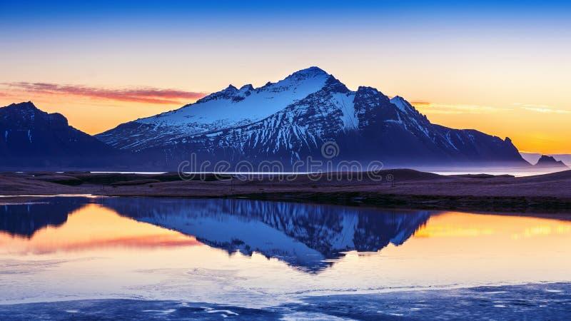 Montagne di Vestrahorn ad alba in Stokksnes, Islanda fotografia stock libera da diritti