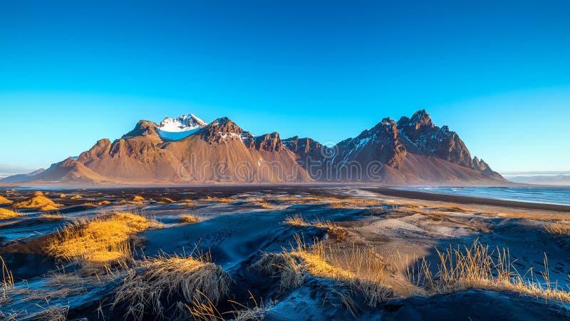 Montagne di Vestrahorn in Stokksnes, Islanda immagini stock
