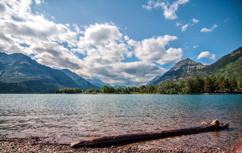 Lago Waterton di collegamento con le montagne immagine stock libera da diritti