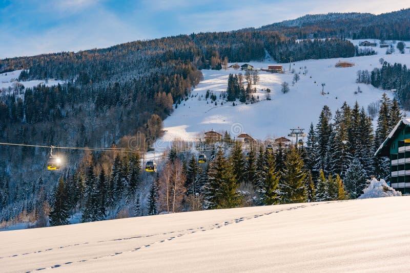Montagne e cabine di funivia innevate, ovest di Planai della gondola in Planai & Hochwurzen Schladming-Dachstein, Steiermark, Aus immagini stock