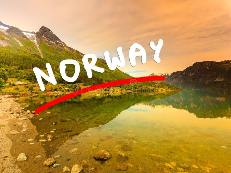 Montagne e fiordo in Norvegia fotografie stock libere da diritti