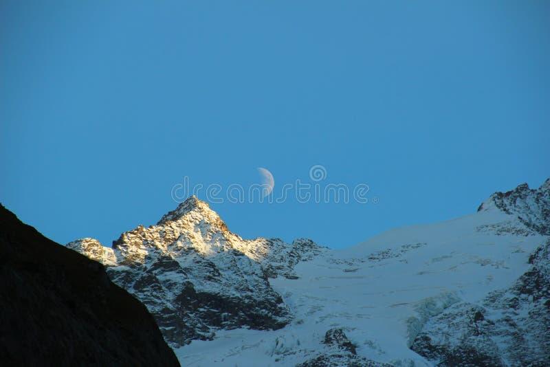 Montagne e la luna immagine stock