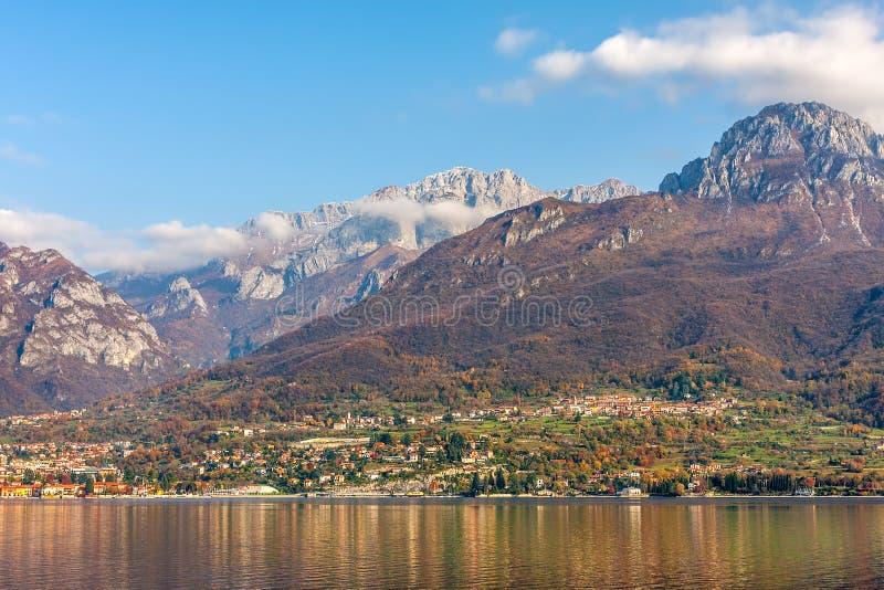 Montagne e lago Como in Italia immagini stock
