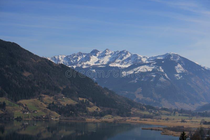 Montagne e lago in valle fotografia stock libera da diritti