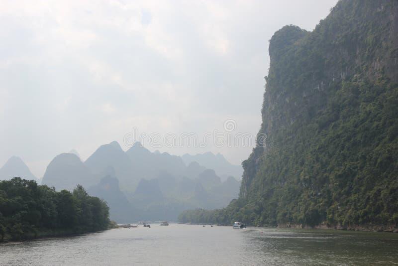 Montagne e nebbia lungo il fiume di Li fotografie stock