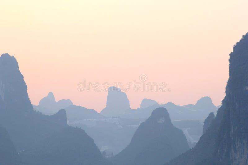 Montagne e tramonto di morfologia carsica in Xingping immagini stock