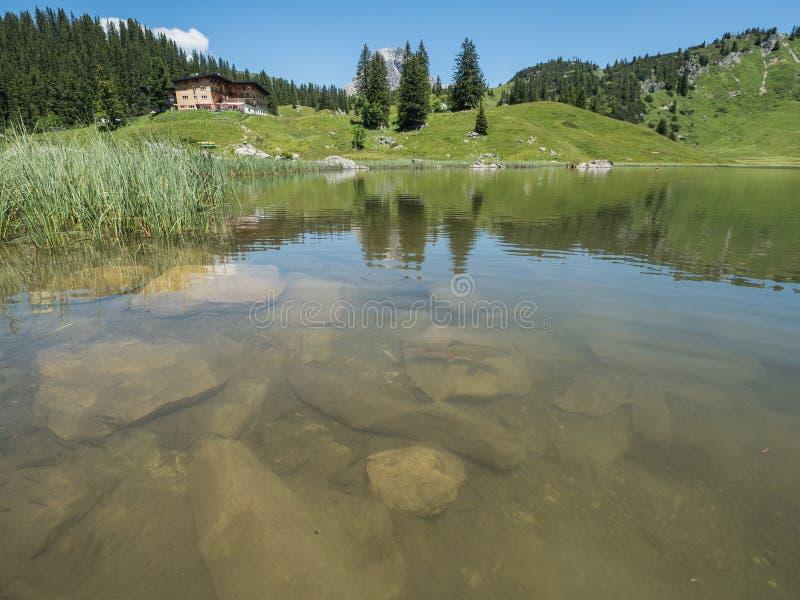 Montagne ed il lago Koerbersee intorno al villaggio Schroecken fotografia stock libera da diritti