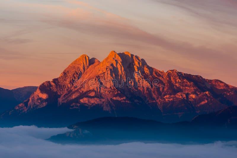 Montagne emblématique de Pedraforca avec les premières lumières à l'aube images stock