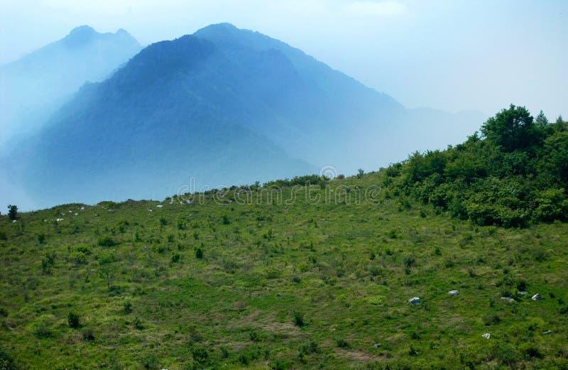Montagne en brouillard photo stock
